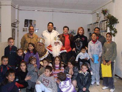 El Alcalde de Lorca acompaño a los niños de ASPROSOCU, a la entrega de regalos de los Reyes Magos