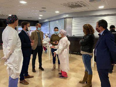 El alcalde de Lorca destaca la gran colaboración entre Salud Pública y Ayuntamiento en una jornada de vacunación masiva