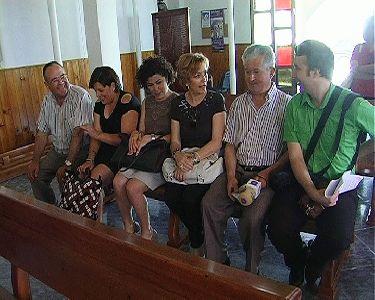 El Ayuntamiento de Lorca entrega a la iglesia de La Hoya 50 bancos y cuatro reclinatorios realizados por el Taller de Carpintería de Concejalía de Empleo