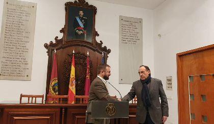 El pintor lorquino José López Gimeno dona un retrato del Rey Felipe VI al Ayuntamiento de Lorca para que presida la Sala de Cabildos