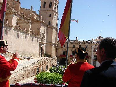 Los ministriles y clarineros cumplen con la tradición desde los balcones centrales de San Patricio y del Ayuntamiento