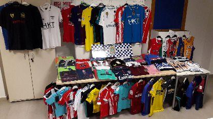 La Policía Local incauta 247 prendas textiles y calzado falsificadas que se encontraban expuestas a la venta en dos puestos del mercado semanal de Lorca