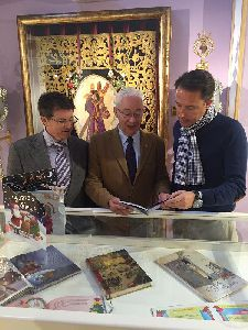 El Alcalde de Lorca inaugura la exposición ''Cuentos de Navidad'', organizada por el Paso Morado