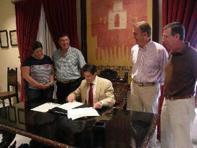 El Alcalde firma un convenio con los Pasos Blanco y Azul para mejorar la gestión económica y la promoción de sus museos de bordados de Semana Santa
