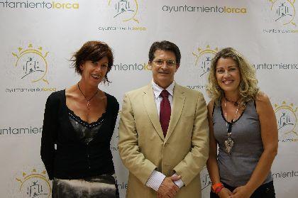 El Ayuntamiento recibe una colaboración solidaria por parte de la organización de la Gala Benéfica ''Lorca 11, la noche más larga''
