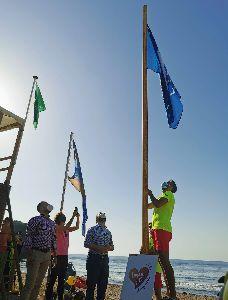 En las playas de Lorca luce nuevamente la Bandera Azul este verano por su calidad y los servicios que ofrecen