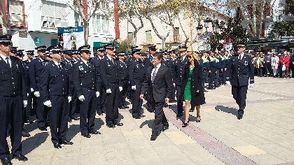 La Policía Local de Lorca celebra su patrón con la izada de la bandera de Irlanda así como la entrega de su Medalla de Plata a Belén Pérez y la Cruz al Mérito Policial a las cofradías