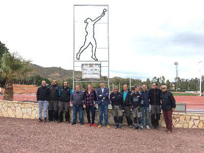 Una silueta de la lanzadora de peso lorquina, Úrsula Ruiz Pérez, de 3 metros, preside, desde hoy, la entrada a la Pista de Atletismo que lleva su nombre