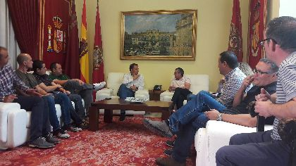 Fulgencio Gil ratifica a los trabajadores de Coopbox en Lorca su apoyo ''sin fisuras'', exige la implicación de todas las administraciones y establece una interlocución permanente con su Comité de Empresa para ayudar en todo lo posible
