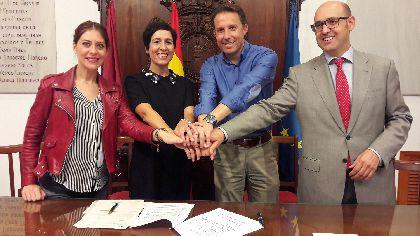 Ayuntamiento y Obra Social ''La Caixa'' firman un convenio para seguir desarrollando en el municipio actividades que lleven a los mayores hacia un envejecimiento activo