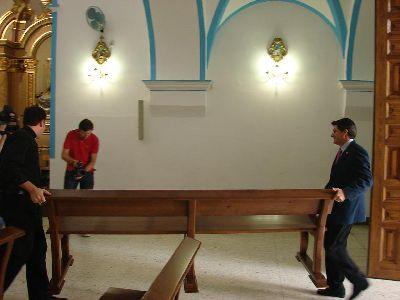 El Alcalde de Lorca entrega a la Parroquia de San Diego 50 bancos realizados por desempleados en el Centro Municipal de Carpintería con motivo del tercer centenario de este templo