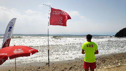 El Ayuntamiento recuerda que el baño con bandera roja se considera infracción grave con multas de entre 751 y 1.500 €