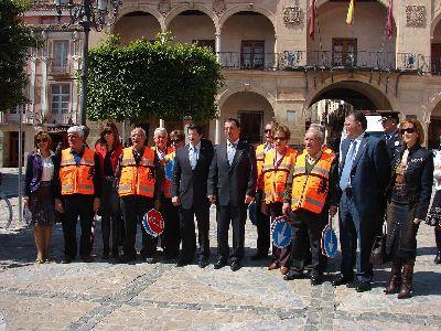 Los 20 primeros voluntarios mayores inician la regulación de los pasos de peatones a la salida de cinco colegios de Lorca