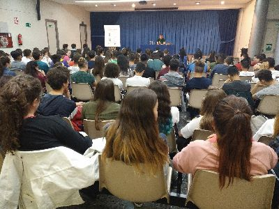 El escritor Luis Leante comparte con 400 alumnos de secundaria su libro ''Huye sin mirar atrás'' en un nuevo ''Encuentro con Autor''