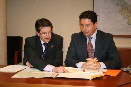 El consejero de Obras Públicas y Ordenación del Territorio presenta las actuaciones previstas en infraestructuras viarias que resultaron afectadas por el terremoto de 2011