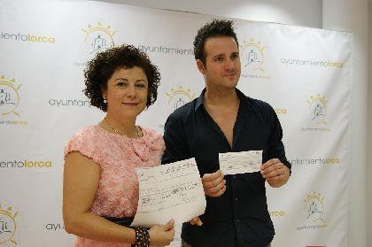 La Orquesta La Mundial entrega 3.000 euros de donativos recaudaos durante su gira para la Mesa Solidaria del Ayuntamiento de Lorca