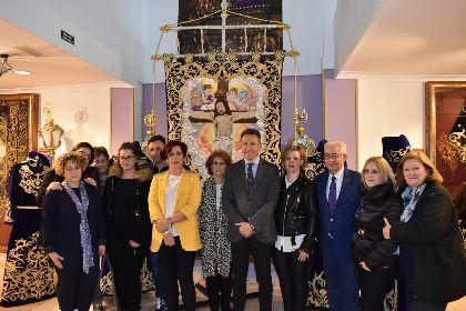 El Paso Morado presenta el nuevo conjunto de bordados del Cristo de la Misericordia, cuyo estandarte ha requerido el trabajo de 9 bordadoras durante 2 años y 55 días
