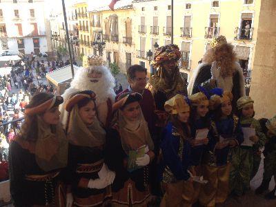 Miles de lorquinos reciben a los Reyes Magos, que esta tarde protagonizarán la espectacular Cabalgata que recorrerá Lorca