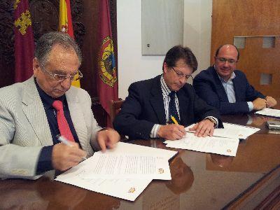 Ayuntamiento y ElPozo firman un acuerdo por el que la empresa cárnica destinará 300.000 euros a la recuperación del patrimonio cultural dañado por los terremotos de 2011
