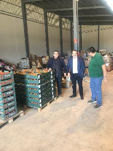 Vecinos de la pedanía lorquina de Ramonete donan casi dos toneladas de tomates para familias de Los Alcázares afectadas por las lluvias del pasado mes de septiembre