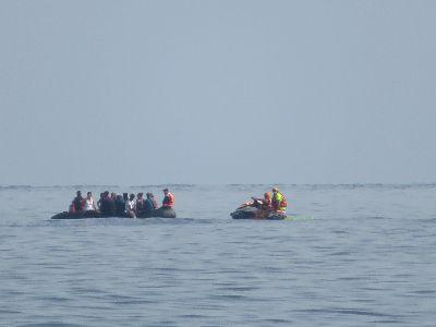 El Servicio de Emergencias atiende a los inmigrantes a bordo de una patera interceptada en Puntas de Calnegre