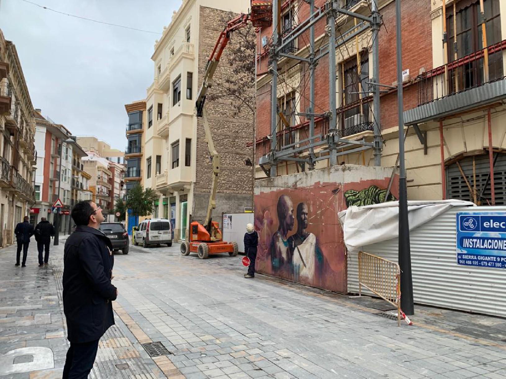 El Ayuntamiento de Lorca retira el andamiaje de seguridad situado en un inmueble que resultó gravemente dañado a causa de los terremotos de 2011 en la calle Santo Domingo